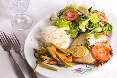 罗非鱼烹调用雀跃柠檬和蕃茄供食与Vegeta 库存图片