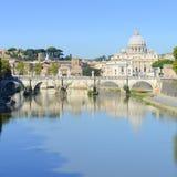 罗马、意大利、Basilica di圣彼得罗和Sant安吉洛桥梁 库存图片