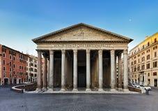 罗马万神殿前面上升 库存图片