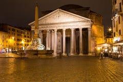 罗马万神殿正方形在夜之前 库存图片