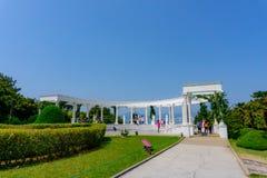 罗马专栏和雕塑在Oedo Botania海岛上的植物园里 免版税库存照片