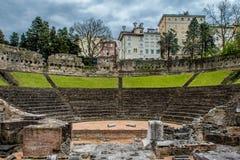 罗马剧院在有一个城市的里雅斯特在背景中 库存图片