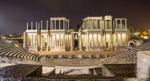 罗马剧院在梅里达在晚上,西班牙 正面图 免版税图库摄影