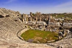 罗马剧院废墟边的,土耳其 免版税图库摄影