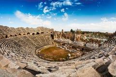 罗马剧院废墟边的,土耳其 免版税库存图片