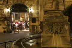 罗马喷泉,在一个广场,在晚上 免版税库存照片