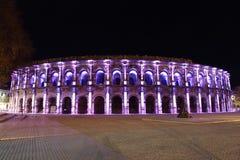 罗马圆形剧场在尼姆在晚上被照亮的法国 库存图片