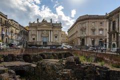 罗马圆形剧场的废墟Stesicoro的摆正与背景的-卡塔尼亚,西西里岛,意大利圣比亚焦教会 库存图片