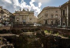 罗马圆形剧场的废墟Stesicoro的摆正与背景的-卡塔尼亚,西西里岛,意大利圣比亚焦教会 库存照片