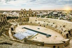 罗马圆形露天剧场在El JEM城市在日落的突尼斯 免版税库存图片