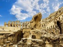 罗马圆形露天剧场在El JEM城市在日落的突尼斯 图库摄影