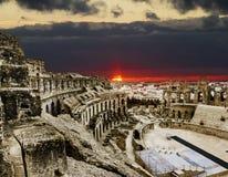 罗马圆形露天剧场在El JEM城市在colorfu中的突尼斯 库存图片