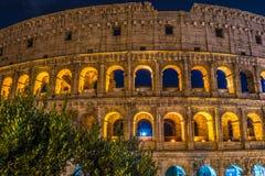 罗马大剧场和它无误的光亮秀丽在晚上在罗马-意大利 免版税库存照片