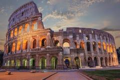 罗马大剧场在晚上enlighted在云彩下 图库摄影