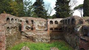 罗马大墓地骨灰瓮安置所孪生在奥斯蒂Antica的考古学挖掘的坟墓 股票视频
