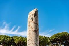 罗马大理石残破的专栏-奥斯蒂Antica罗马 免版税库存图片
