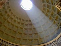 罗马太阳光芒的万神殿 免版税库存图片