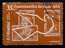 罗马尼亚、探险空间邮票和鸠,大约1962年 库存照片