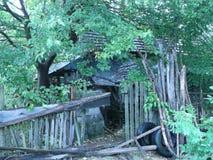 罗马尼亚乡下的被毁坏的棚子 免版税图库摄影
