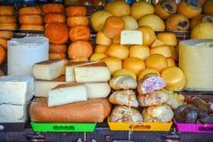 罗马尼亚乳酪品种和肉在市场上 库存照片
