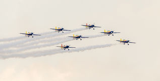 罗马尼亚人好战有他们色的飞机的队飞行员训练在蓝天的 免版税库存图片