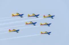 罗马尼亚人好战有他们色的飞机的队飞行员训练在蓝天的 库存照片