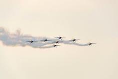 罗马尼亚人好战有他们色的飞机的队飞行员训练在蓝天的 免版税库存照片