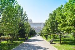 罗马尼亚人民宫或人民的议院,布加勒斯特,罗马尼亚 从中央公园庭院的看法 ?? 库存照片
