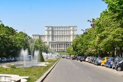 罗马尼亚人民宫或人民的议院,布加勒斯特,罗马尼亚 从中心广场的夜视图 宫殿是被定购的b 库存照片