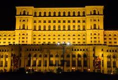 罗马尼亚人民宫,布加勒斯特,罗马尼亚 从中心广场的夜视图 图库摄影
