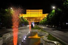 罗马尼亚人民宫,布加勒斯特,罗马尼亚 从中心广场的夜视图 免版税图库摄影