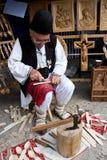 罗马尼亚传统木雕刻师 库存照片