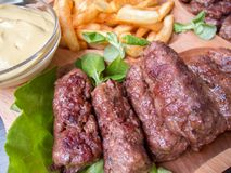 罗马尼亚传统食物肉卷mici用油炸物和芥末 图库摄影