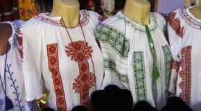 罗马尼亚传统女衬衫-纹理和传统主题 免版税库存照片