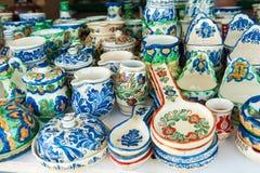 罗马尼亚传统瓦器手工造杯子和板材在纪念品店 库存图片