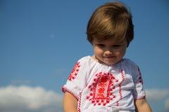 罗马尼亚传统衬衣小孩女孩 库存图片