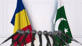 罗马尼亚和巴基斯坦的旗子在国际会议或交涉新闻招待会 3D动画 股票录像