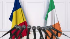 罗马尼亚和爱尔兰的旗子在国际会议或交涉新闻招待会 3D动画 股票录像