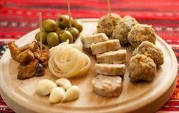 罗马尼亚圣诞节开胃菜包括各种各样的猪肉盘 免版税库存照片