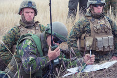 罗马尼亚战士请求空中支援 库存照片