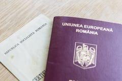 罗马尼亚护照和出生证 免版税库存照片