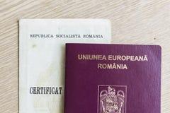 罗马尼亚护照和出生证 免版税库存图片