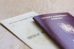 罗马尼亚护照和出生证 免版税图库摄影