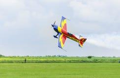 罗马尼亚特技平面飞行非常紧密到 库存照片