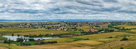 罗马尼亚的典型的自然农村风景 库存照片