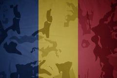 罗马尼亚的旗子卡其色的纹理的 装甲攻击机体关闭概念标志绿色m4a1军用步枪s射击了数据条工作室作战u 免版税库存照片