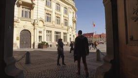 罗马尼亚的旗子历史建筑的 罗马尼亚的老有旗子的在状态修造 政治和政府 股票录像