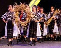从罗马尼亚的年轻舞蹈家传统服装的13 图库摄影