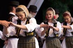从罗马尼亚的年轻舞蹈家传统服装的 库存图片