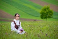 罗马尼亚美丽的女孩和传统服装在夏时 免版税库存图片
